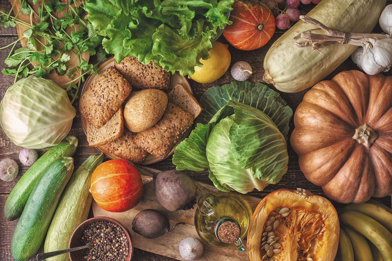 Зерновой хлеб с разными овощами. Концепция здорового питания
